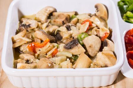 abstinence: choped funghi cotti con pepe di colore in vassoio su un tavolo da pranzo