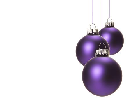 weihnachten zweig: weihnachten, isoliert lila Weihnachtskugeln h�ngen mit wei�em Hintergrund