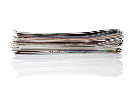 commonplace: diversi giornali impilati su sfondo bianco