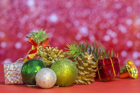 Gruppo di elementi di Natale impostato su sfondo rosa Archivio Fotografico - 90870932