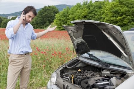 man te bellen naar de reparatie service na autopech Stockfoto