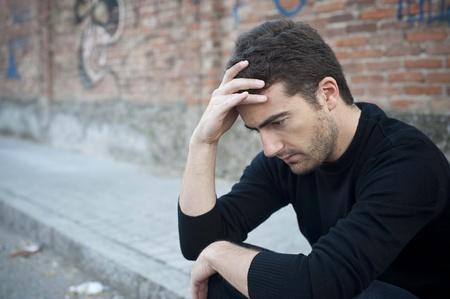 hombre solo: retrato de un hombre solitario en una calle urbana siente triste Foto de archivo