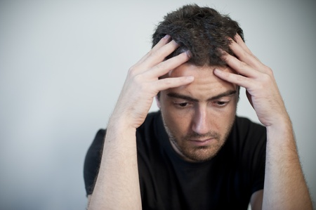 portret van een vermoeide man, gestresst en met hoofdpijn Stockfoto