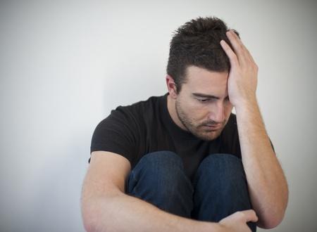 Porträt der jungen Menschen deprimiert und traurig