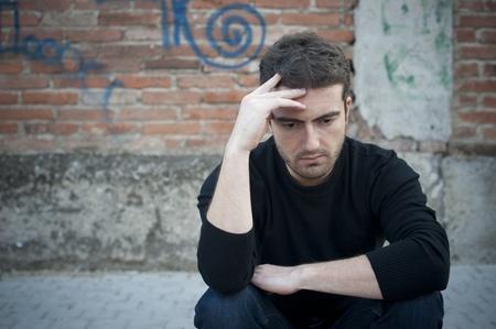 portret van een trieste man in een stedelijke straat Stockfoto