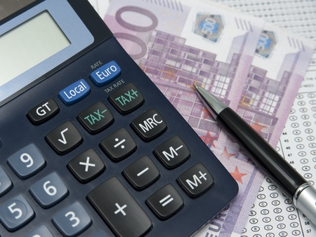 Nahaufnahme von Steuer-Formular, Taschenrechner und Kugelschreiber