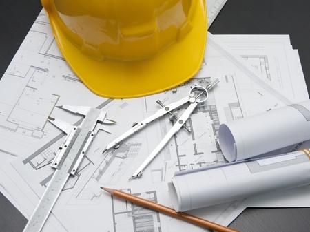 planos arquitecto: casco de seguridad de color amarillo y proyecto de arquitectura Foto de archivo