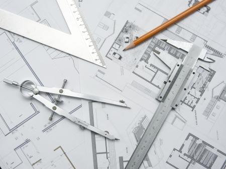 plan van aanpak: gereedschappen en papieren voor het plannen van een architectuur-project Stockfoto