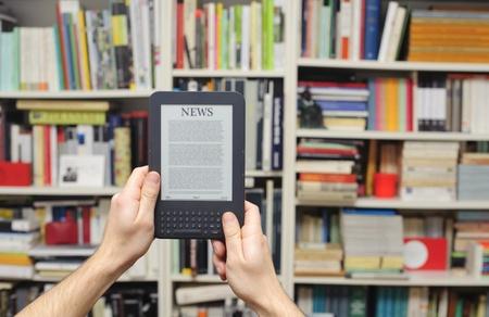 Tabet eBook Lesegerät und Bibliothek backround Standard-Bild