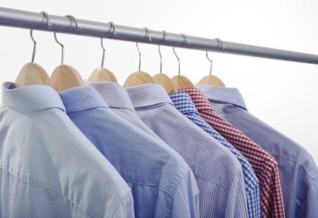 kleerhanger met overhemden geïsoleerd op witte achtergrond