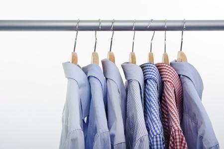 shirts op een witte achtergrond en hanger Stockfoto