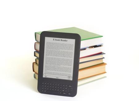 ebook reader en boeken die op ewhite achtergrond Stockfoto