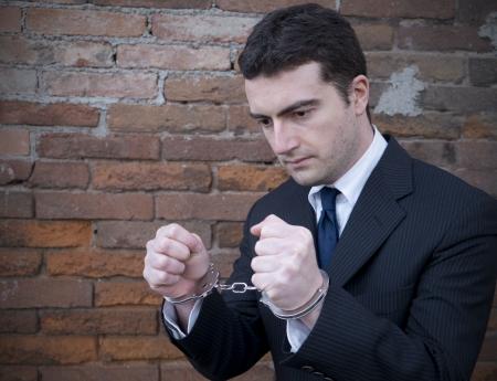 beschädigt Manager im Gefängnis mit Handschellen