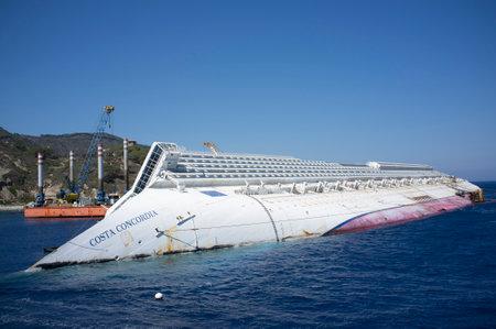 Blick auf das Wrack der Costa Concordia von der Insel Giglio Editorial