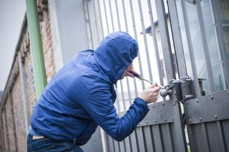 Einbrecher bricht in ein Wohnhaus Lizenzfreie Bilder
