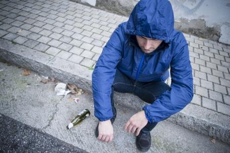 Alkohol und Mann auf der Straße
