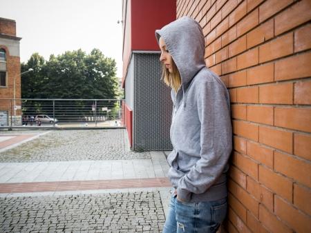 droevig eenzaam meisje in de stad