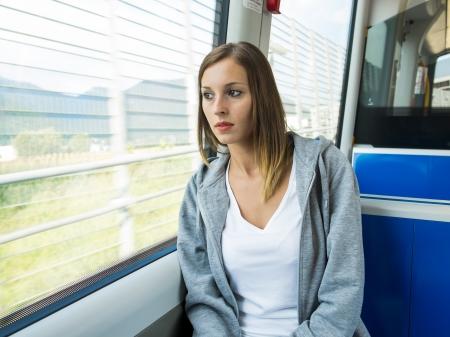 junge Mädchen auf dem öffentlichen Verkehr gesetzt
