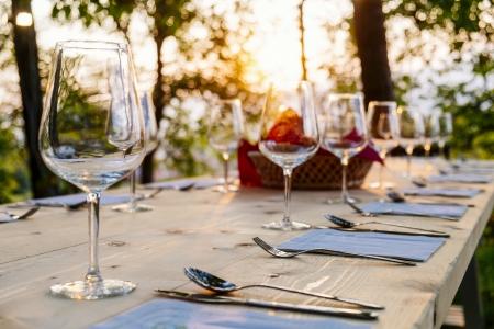 ao ar livre: wingalsses em uma mesa ao ar livre