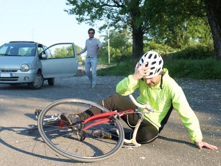 pijnlijke man na fiets ongeval op het asfalt Stockfoto