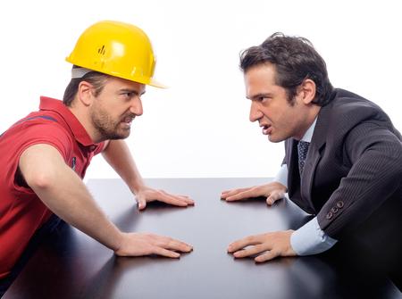 arrogancia: La lucha de clases entre el collar blanco y trabajador