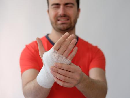 hemorragias: deporte hombre con vendas medicamento en su mano el sufrimiento después de una lesión deportiva