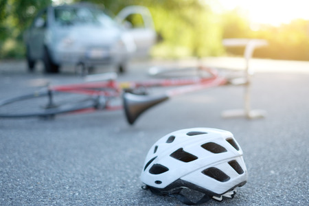 Gebrochene Fahrrad auf dem Asphalt nach Autounfall Vorfall