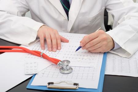医師が心電図用紙をチェック 写真素材
