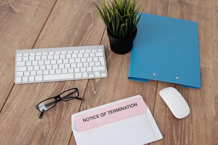 Bekanntmachung über die Beendigung des Jobs pink slip auf Schreibtisch Lizenzfreie Bilder
