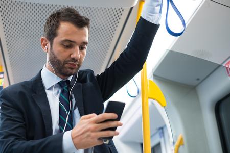 Homme d'affaires de banlieue voyageant dans le métro de métro