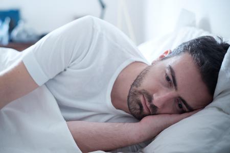 Depressieve man lag in zijn bed en gevoel slecht
