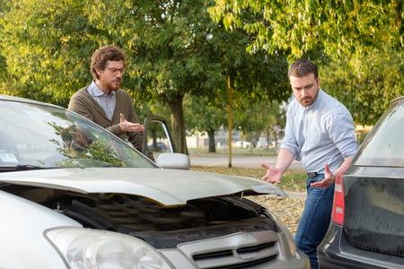 도로에서 교통 사고 후 논쟁하는 두 남자