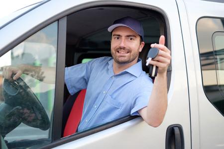 Vrolijke koeriersdienst in zijn busje
