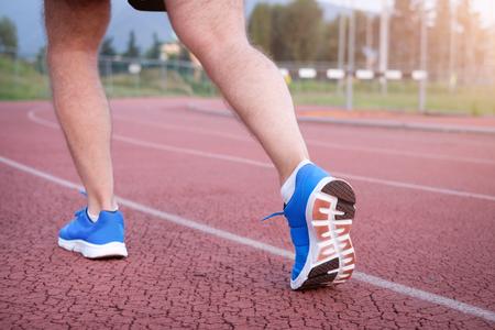 Corredor piernas cerca en la pista de carreras