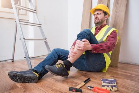 1 つのワーカーの業務災害にはしごから落ちて