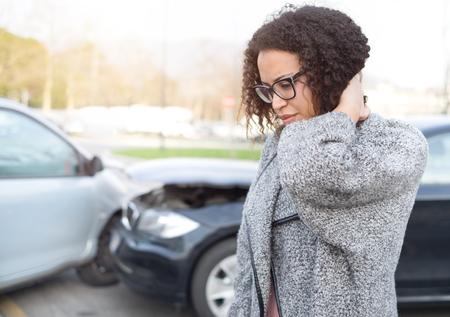 けがをした女性の車のクラッシュ後に悪い感じ