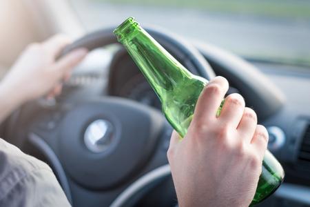 violación: Hombre borracho al volante de su coche y el consumo de alcohol