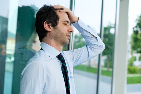 Verzweifelter und betonter Geschäftsmann, der sich schlecht außerhalb des Büros fühlt Standard-Bild - 79081874