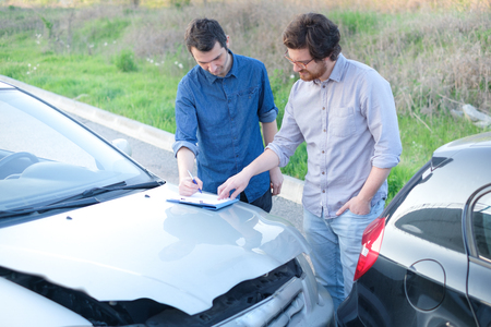 Zwei Mann finden eine freundliche Vereinbarung nach einem Autounfall Standard-Bild - 79671475