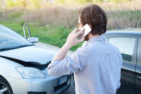Man belt hulp na een auto ongeluk ongeluk op de weg