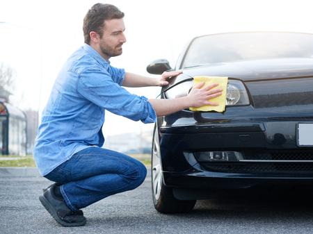 Man verzorgen en zijn nieuwe auto schoonmaken