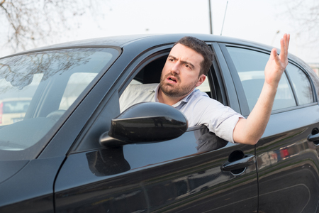 Rude man driving his car and arguing a lot Banque d'images
