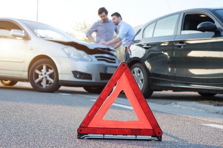 Dwóch mężczyzn zgłaszających wypadek samochodowy do roszczenia ubezpieczeniowego