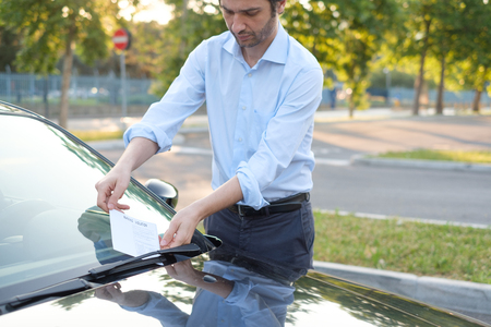 violación: El hombre que encuentra un multa del boleto debido a la violación del estacionamiento Foto de archivo