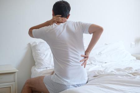 Hombre sentía dolor de espalda en la cama después de dormir