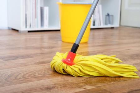 outils de nettoyage sur le plancher de parquet