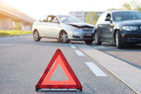 Odblaskowy czerwony trójkąt wskazujący wypadek samochodowy