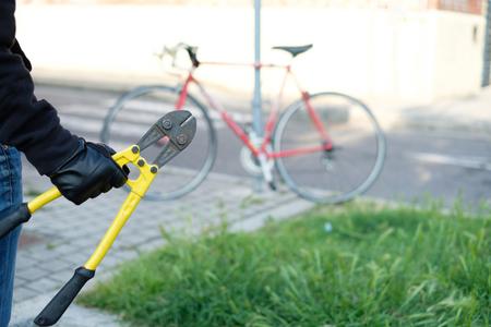 Dieb stehlen ein geparktes Fahrrad in der Stadtstraße