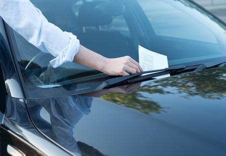 Parkplatzverletzung Ticket in Ordnung auf der Windschutzscheibe Standard-Bild - 87883018