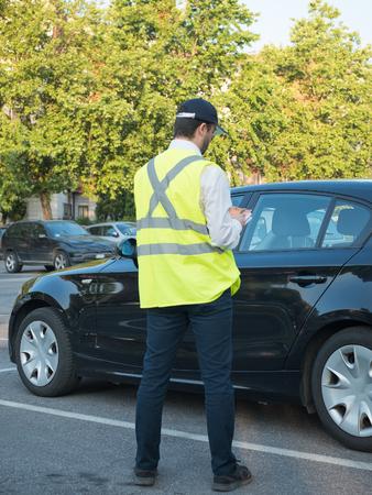 ufficiale di polizia dando un biglietto poco tardi per la domanda del divorzio